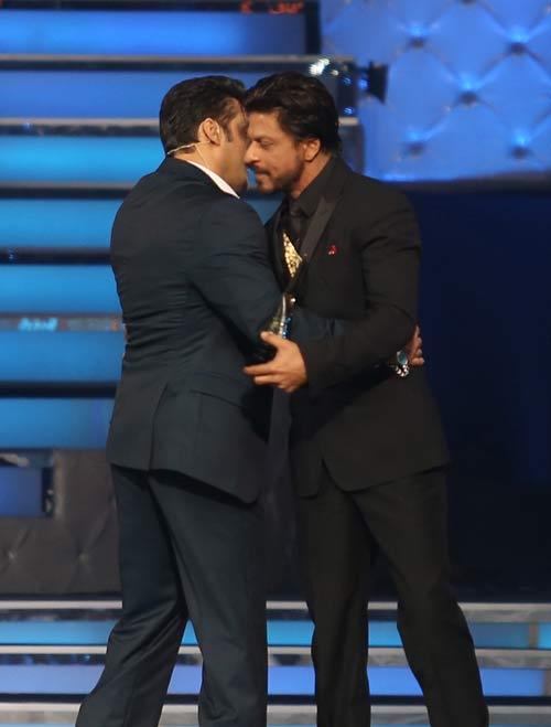 Salman Khan, Shah Rukh Khan hug again at 'Star Guild Awards'