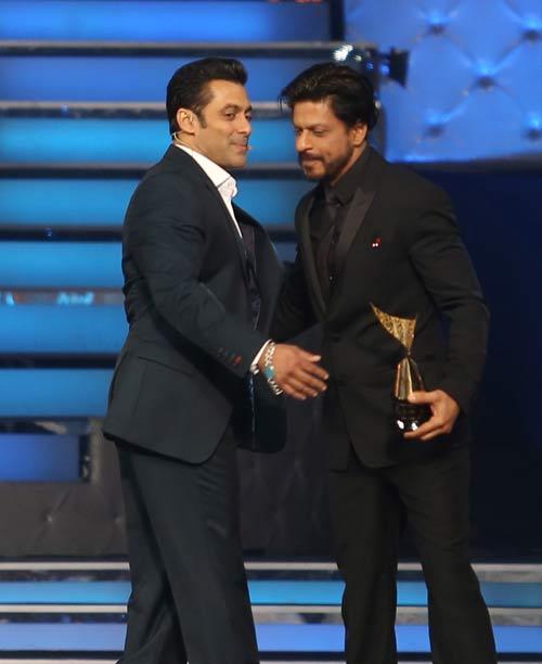 Salman Khan, Shah Rukh Khan hug again at 'Star Guild Awards'Salman Khan, Shah Rukh Khan hug again at 'Star Guild Awards'