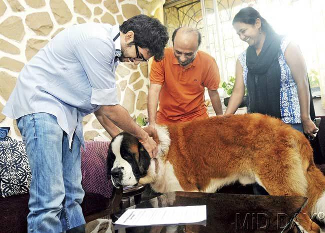 Yuva Sena chief Aaditya Thackeray visited Dr Neeraj Hatekar's home and lent his support. Pic/Nimesh Dave