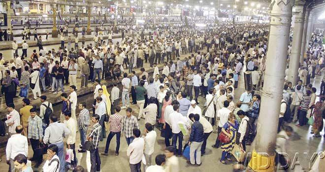 People waiting for trains at CST after a flash strike by motormen. Pic/Emmanual Karbhari