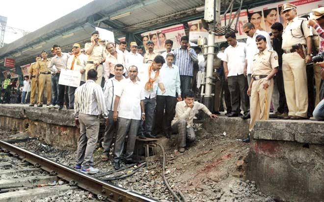 Ex MP Kirit Somaiya inspecting the gap on platform 2 at Ghatkopar station