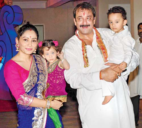 Maanayata, Sanjay Dutt with kids Iqra and Shahraan