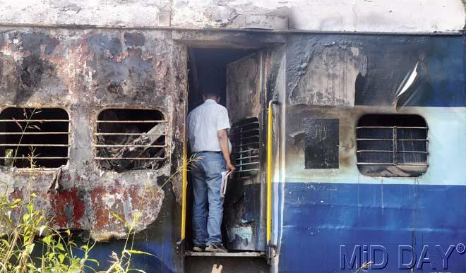 Closed windows in the coaches led to the smoke spreading fast inside the train. Pic/Nimesh Dave