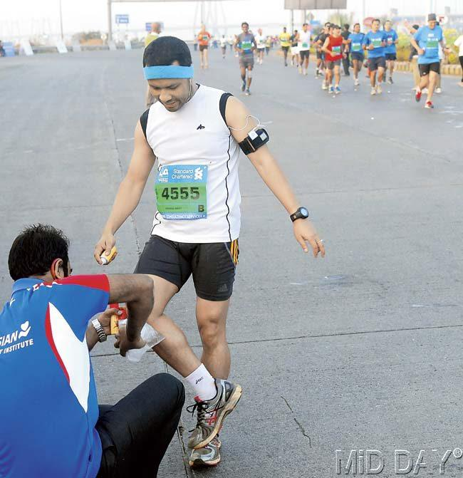 A runner seeks medical treatment for his knee during the run. The number of people taken to hospital this year doubled as compared to last year. Pics/Sayed Sameer Abedi, Shadab Khan