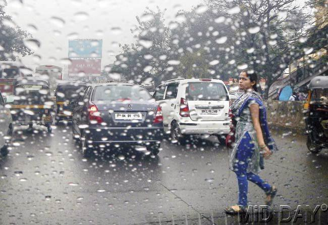 Mumbai witnessed a drop in temperature with fog and slight rainfall on Tuesday morning. Pic/Suresh KK