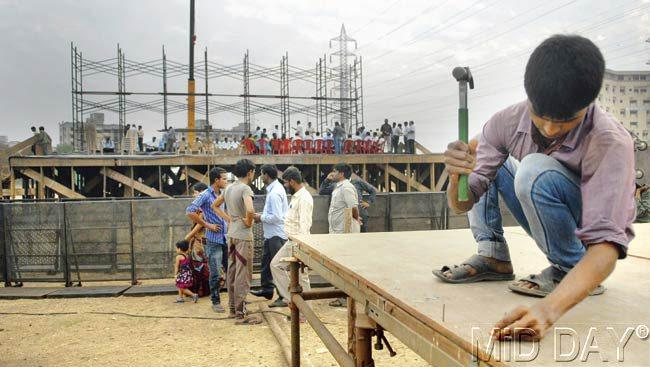 A worker assembles the stage at Somaiya ground in preparation for Shiv Sena's Pratigya Divas meet on January 23